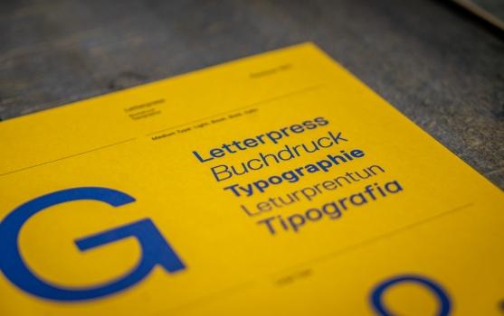 libro amarillo que en su título refiere al trabajo tipográfico, con sus diferentes versiones de idiomas
